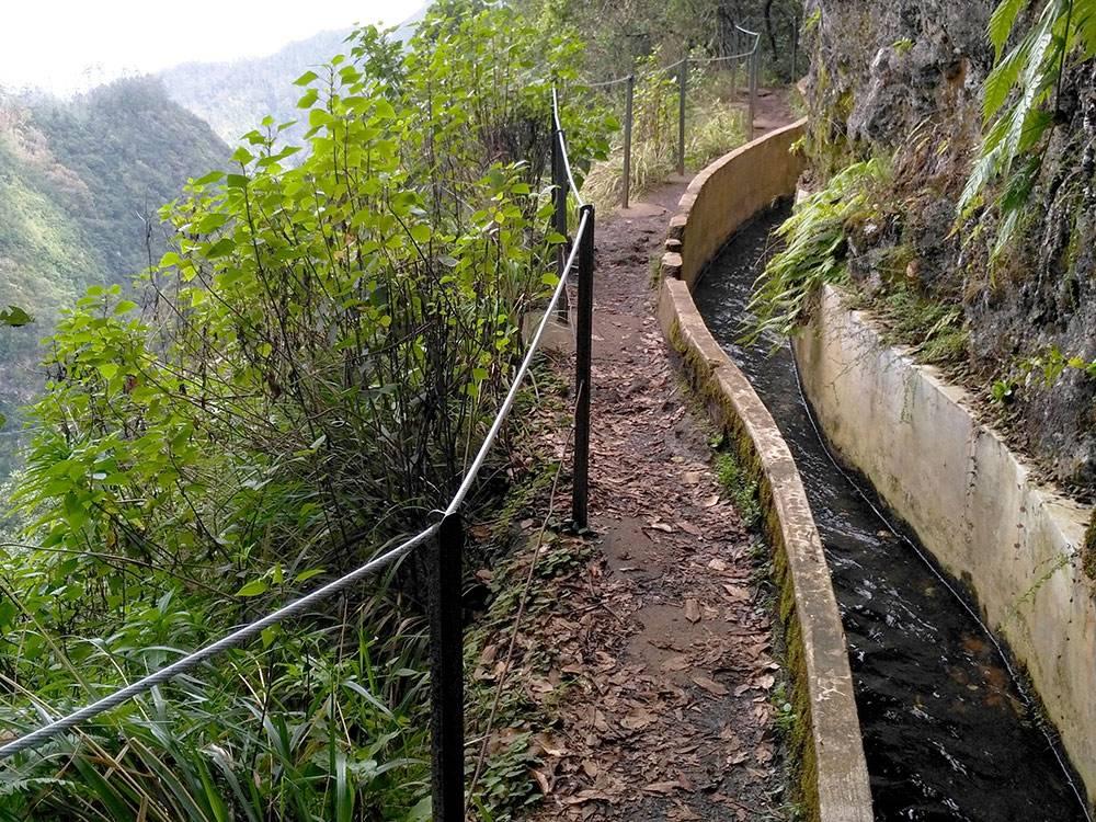 Левада — система орошения, которая проходит по склону гор. Выглядит как обычная канава, рядом с которой — тропинка для пешеходов