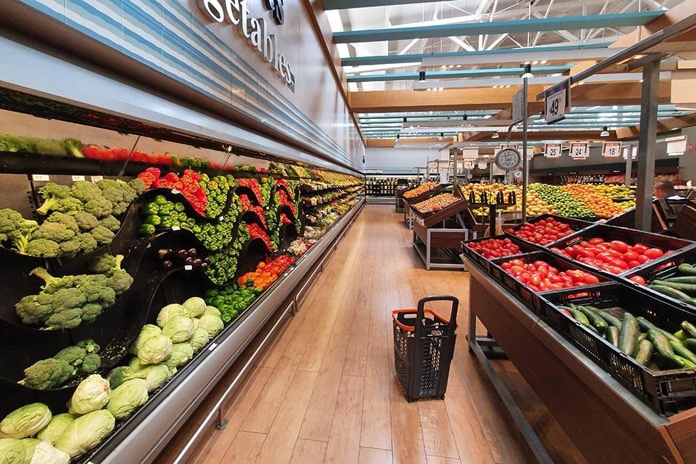 Витрина с овощами и фруктами в супермаркете Chedraui