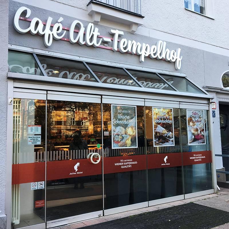 В этой кофейне я покупала кофе и выпечку по утрам, пока ждала автобуса до киношколы