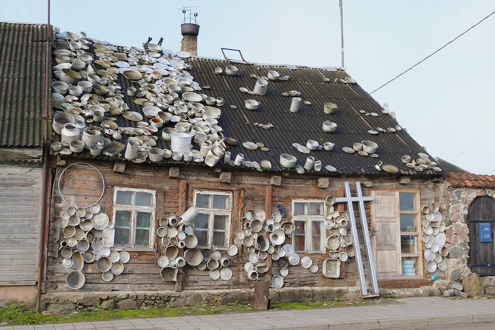 Сейчас этот дом выглядит иначе: на нем появилось еще больше посуды, а окна заменили на пластиковые