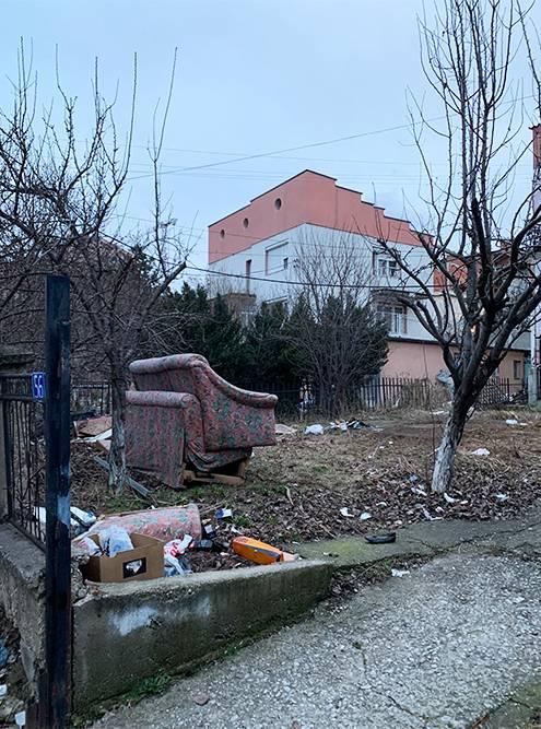 Один из парков в Приштине в 10 минутах от центра. Везде много мусора