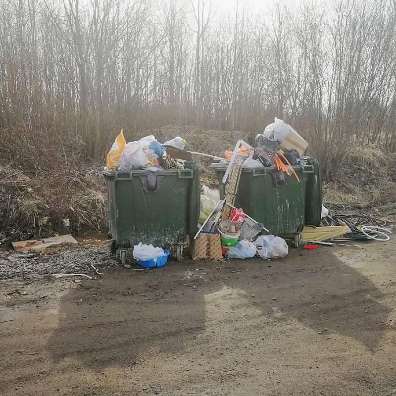 На месте бункера со временем поставили два обычных контейнера. Жители, конечно, тоже молодцы: длястроительного мусора надо отдельно заказывать мусоровозы, но всем хочется сэкономить, и в общие контейнеры валят остатки ламината, металлочерепицы и даже куски бетона