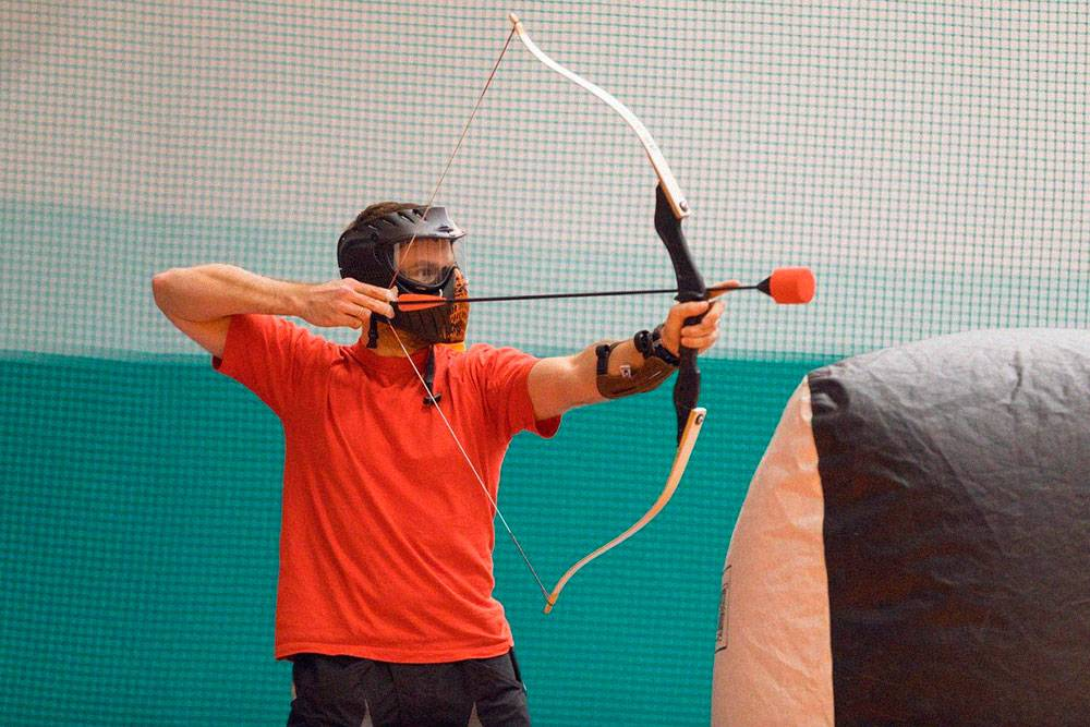 Наконечник стрелы сконструирован так, чтобы плоскость удара была широкой.Это сводит болевые ощущения к минимуму