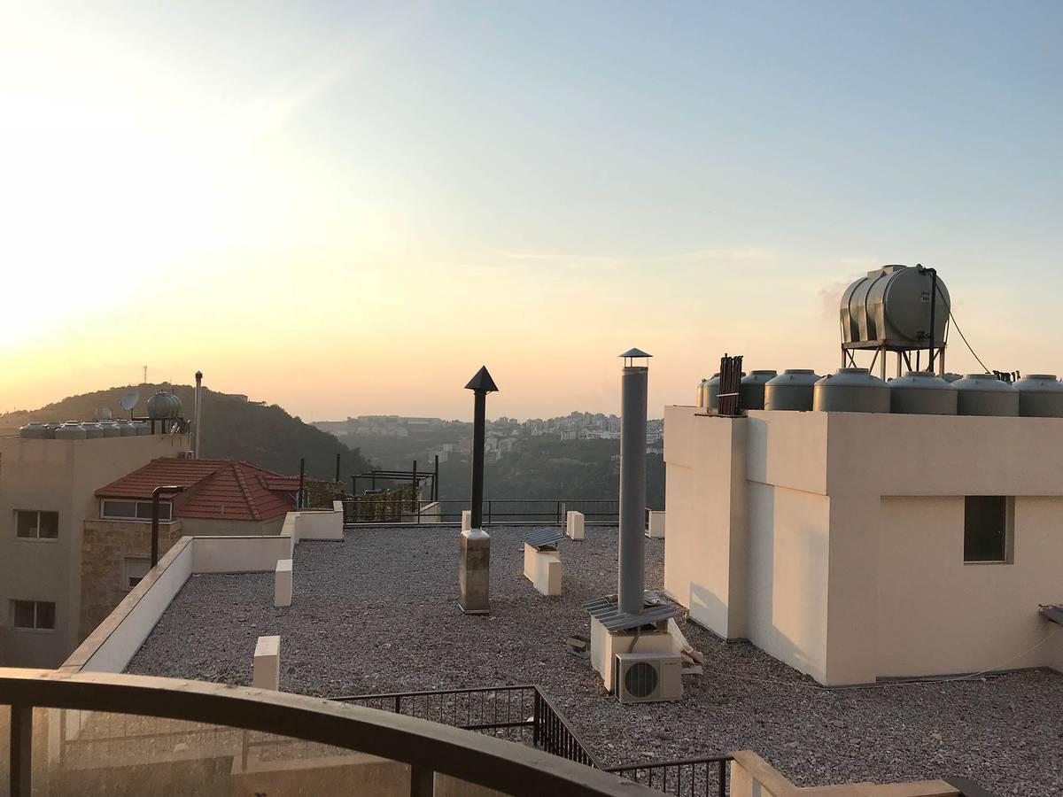 Резервуары с водой на крыше — у каждой квартиры свой бак, а сверху стоит общий, резервный. Печные трубы на фото выведены из квартир, в которых есть отопление