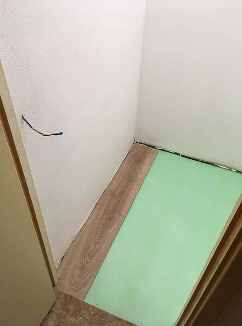 Зеленое покрытие — это подложка. С ней ламинат не вибрирует подногами, а лежит неподвижно