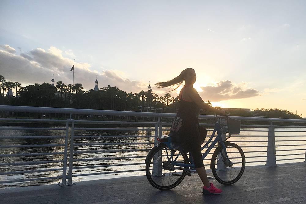 Это я катаюсь по набережной Риверволк на велосипеде