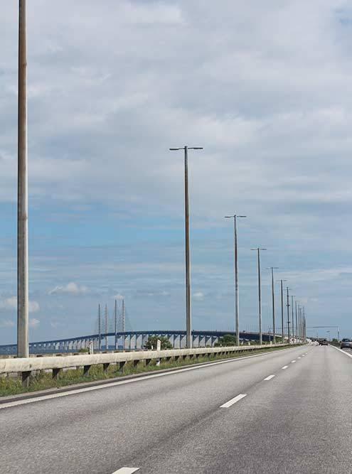 Сюжет известного шведско-датского детективного сериала «Мост» разворачивается именно на этом мосту