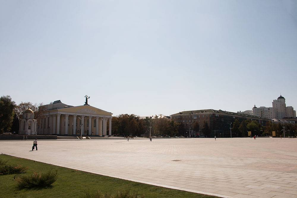 Центр города — Соборная площадь. На заднем плане — драматический театр имени Михаила Щепкина. Знаменитый актер родом из-под Белгорода
