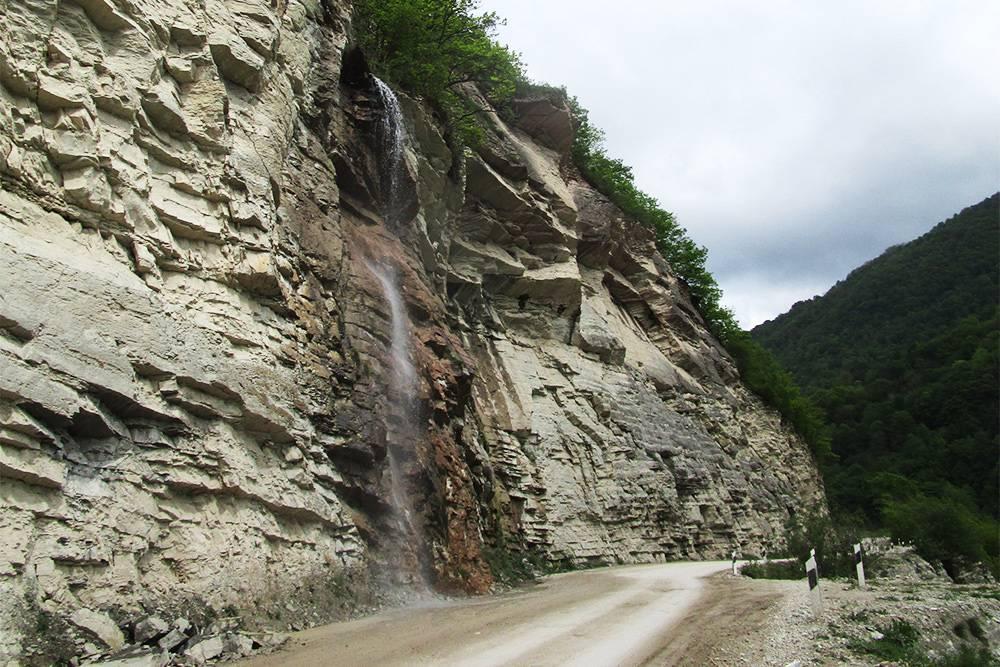 Весной, когда тает снег, в горах образуются такие временные водопады. В них мы набирали воду дляпитья