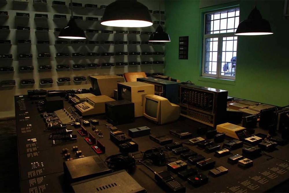 На столе лежат диктофоны, устройства длявидеонаблюдения и рации. Источник: muzeugjethi.gov.al