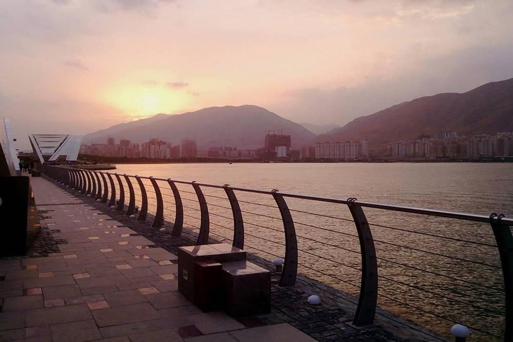 На закате озеро особенно красиво