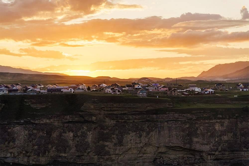 Село Хунзах стоит прямо на обрыве Цолотлинского каньона