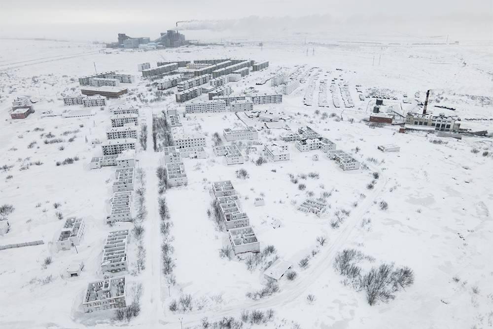 Возле поселка Заполярный работает центрально-обогатительная фабрика «Печорская», поэтому некоторые местные считают, что его закроют не скоро