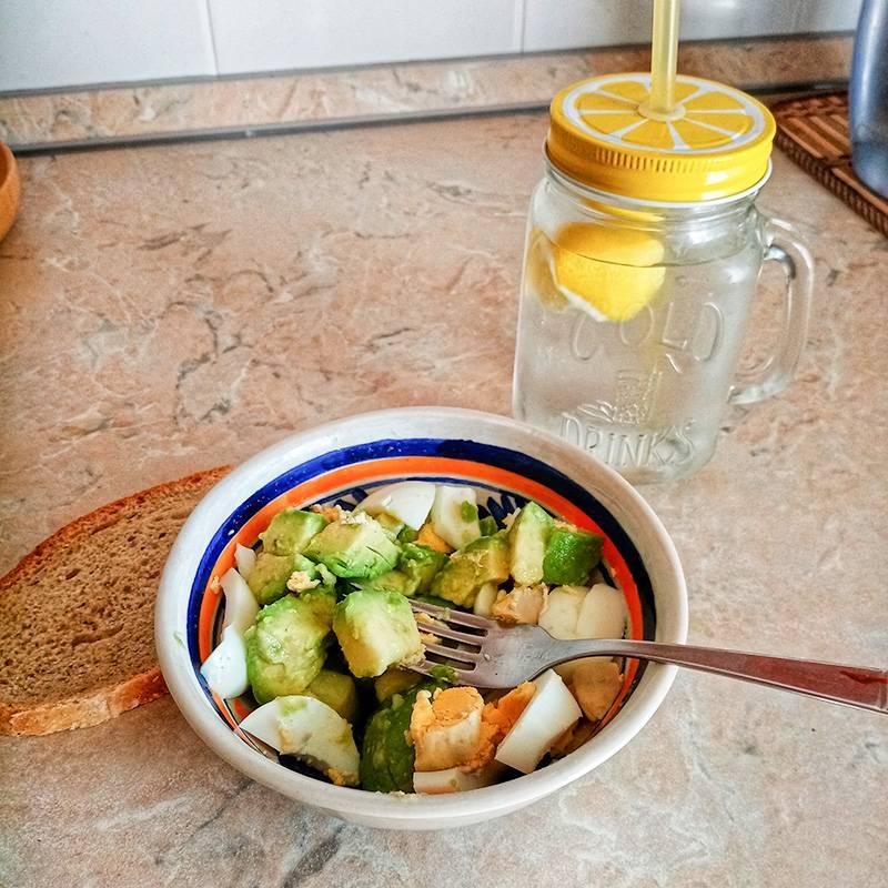 Авокадо с яйцом и хлебушком, запиваю водой с лимоном. Оказывается, я ем много авокадо. Раньше как-то не замечала