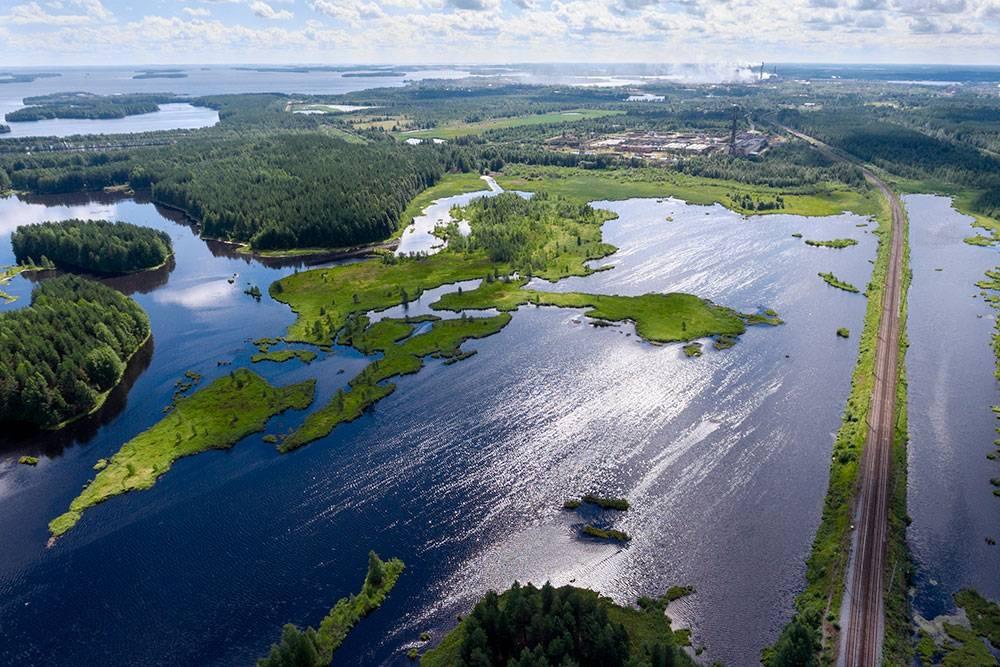 Сегежский район расположен в 250 км от Петрозаводска. Местные озера прекрасны, а туристов меньше, чем в окрестностях Петрозаводска. Единственный минус — специфический запах вблизи Сегежи. Там расположен целлюлозный комбинат, поэтому лучше уезжать от него подальше