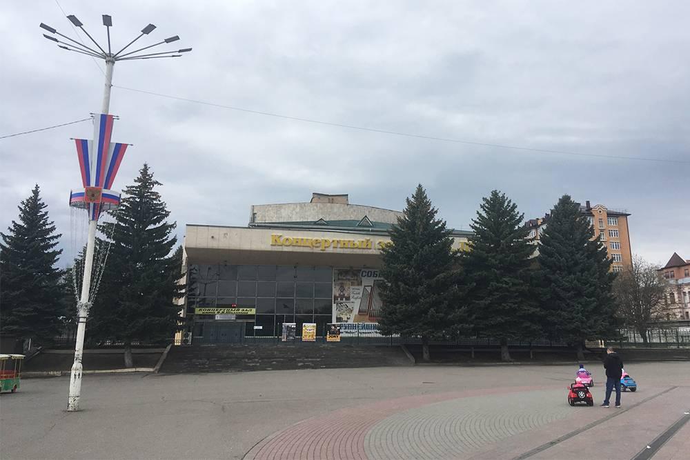 На площади перед концертным залом проводят городские праздники, а летом работает поющий фонтан и прокат детских велосипедов и электромашинок. 10&nbsp;минут катания стоят 200<span class=ruble>Р</span>