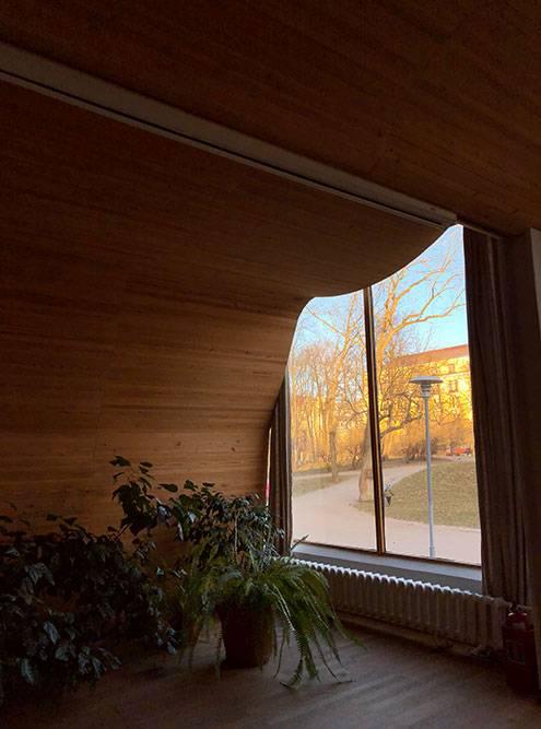 Деревянный потолок создает в помещении идеальную акустику для концертов