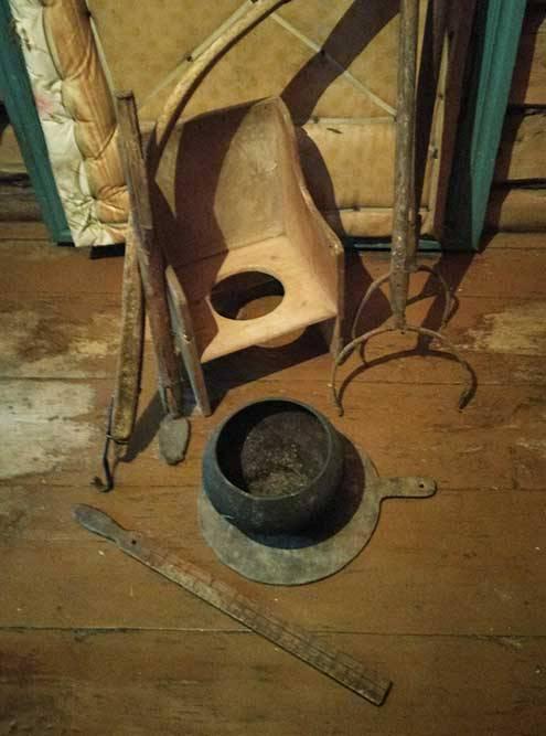 Коромысло, ухваты, чугунок, остаток деревянной линейки идетский горшок — можем открывать музей деревенского быта