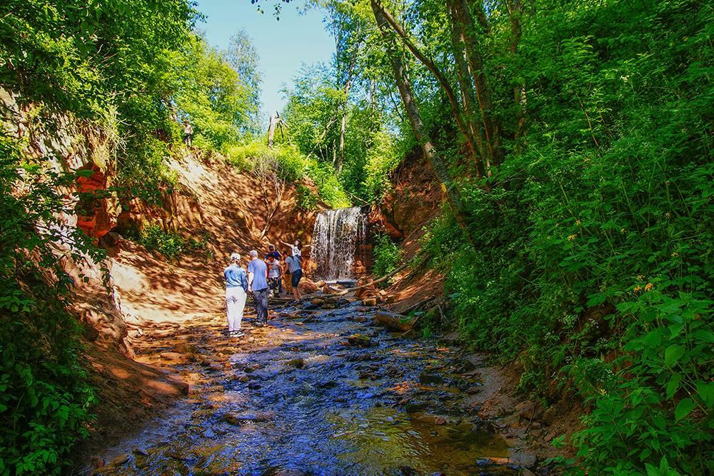 Горчаковщинский водопад в выходной день невозможно сфотографировать безлюдей