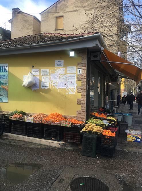 Мандарины появляются каждое утро. Еще на рынках обязательно продают шпинат. У местных к нему какая-то особая любовь