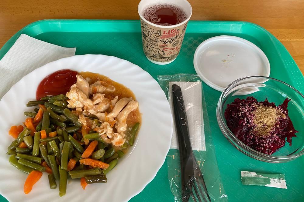 Приятно все-таки иметь возможность есть на работе: это позволяет питаться разнообразно и не задумываться о готовке. Я обычно беру овощи с мясом или рыбой, салат и напиток. С супами как-то с детства не задалось