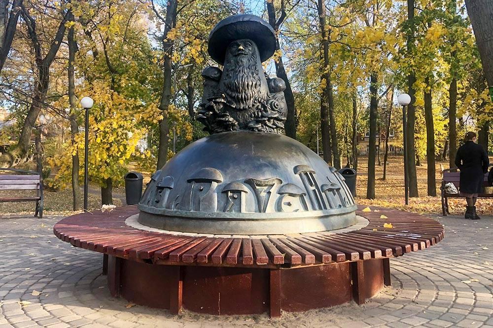 В2013году вВерхнем городском саду, который местные жители называют Наташкиным парком, установили памятник грибу сглазами