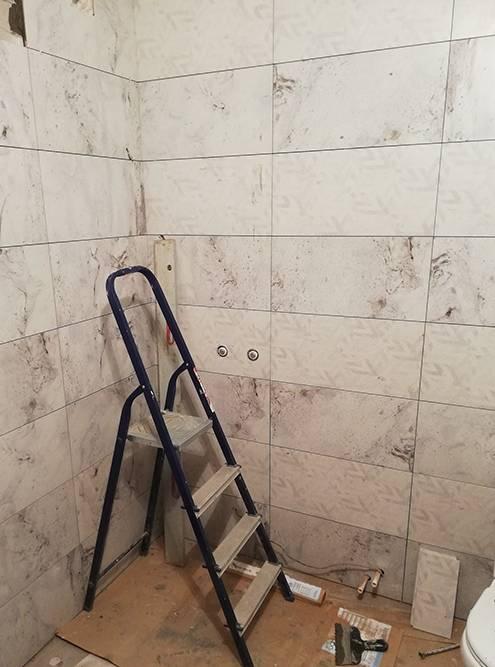 Здесь из стены торчат выводы подсмесители. Отверстия дляних мастер делал дрелью с перьевыми сверлами