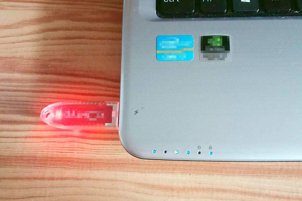 Электронную подпись дают в виде сертификата на флешке. Чтобы работать с ней, нужно вставить флешку в компьютер и настроить сертификат