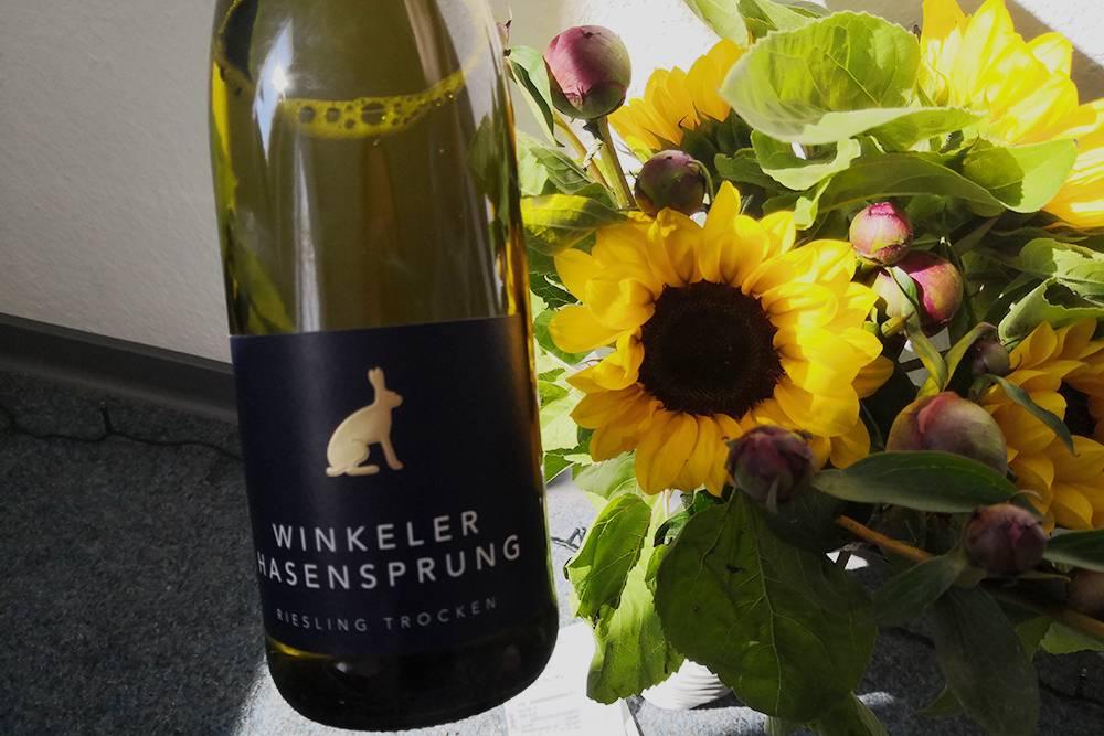 Это белое сухое вино из винограда рислинг 2020 года. Цена за бутылку начинается от 6,95€ (597<span class=ruble>Р</span>)