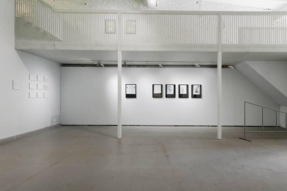 Сейчас галерея работает практически в нормальном режиме, но на полу еще остались следы разметки