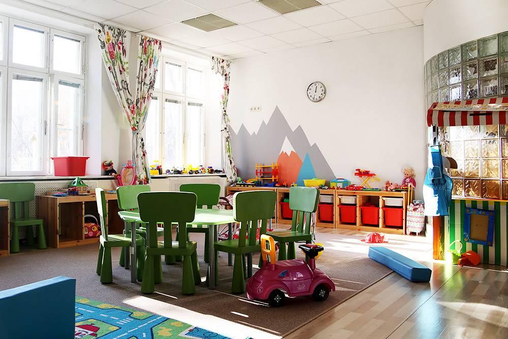 Если помещение позволяет, в садике делают общую игровую комнату для всех групп, кроме ясельной. В ней дети занимаются свободной игрой — делают что хотят