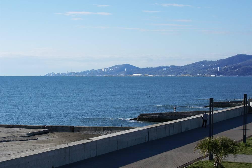 Вид на центр Сочи отвокзала вАдлере. Все это побережье — один вытянутый вдоль моря город