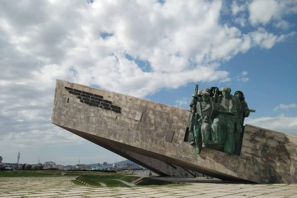 Мемориал «Малая земля» огромный. Чтобы понять масштабы, обратите внимание на людей у подножья памятника