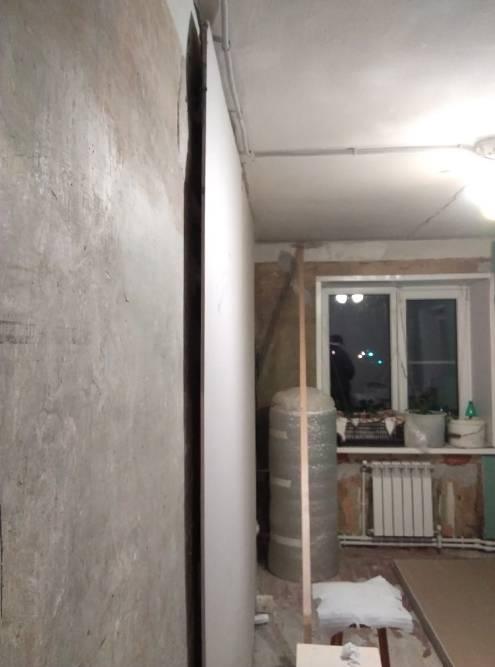 А вот на этом фото видно кривизну стен. Посаженный на клей лист гипсокартона создал ровную плоскость. Точность измерений нам давал уровень