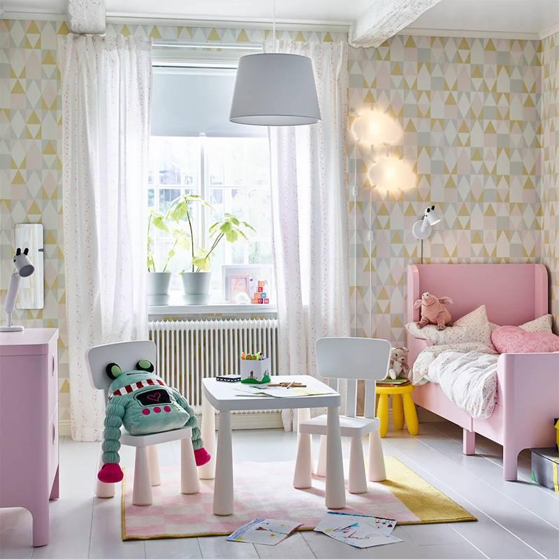 Серия мебели «Маммут» удобна для&nbsp;детей и выглядит симпатично. Стол «Маммут» — 2199<span class=ruble>Р</span>, стул «Маммут» — 799<span class=ruble>Р</span>. Источник:&nbsp;ikea.com