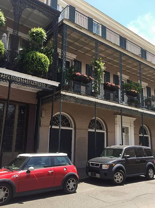 Город ажурный: его украшают маленькие кованые балконы и цветы