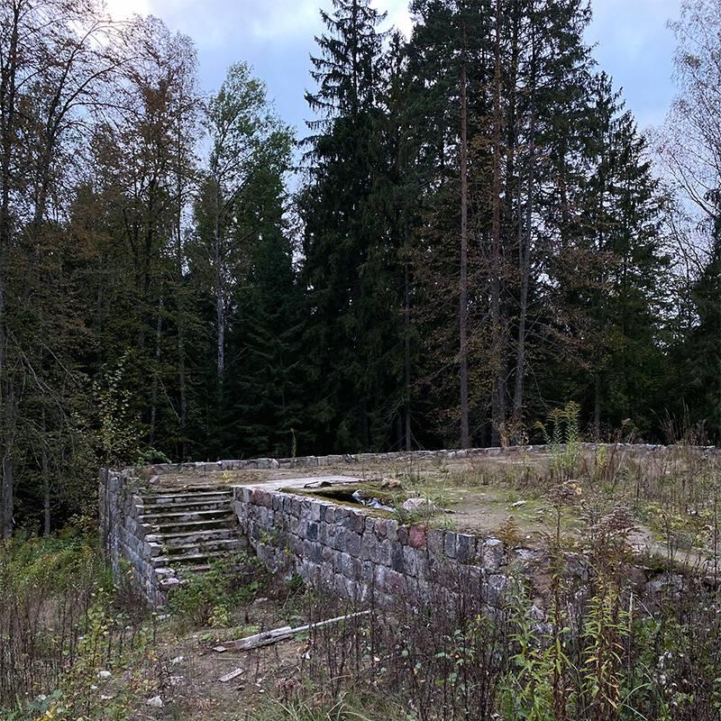 Руины императорского охотничьего дворца. Как он выглядел в оригинале, можно увидеть на информационных щитах в парке