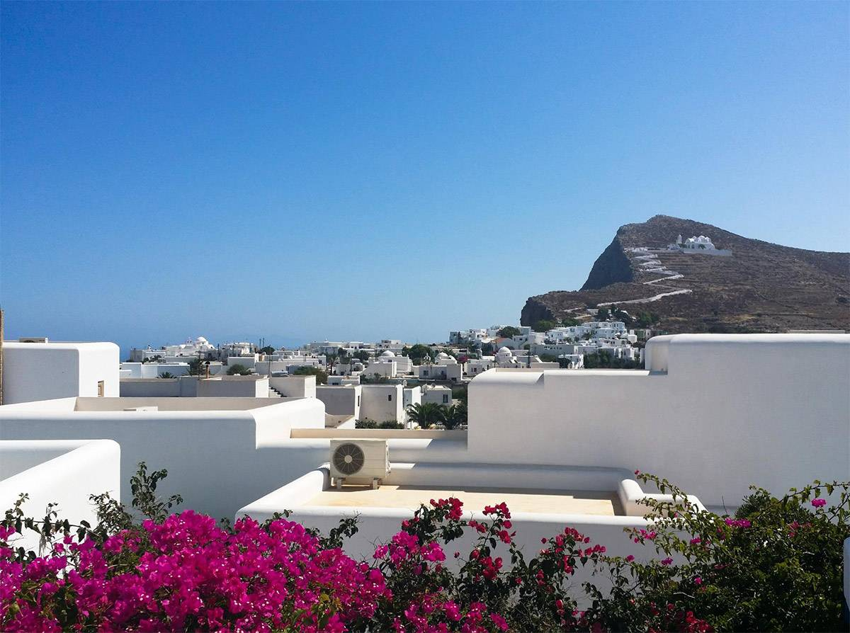 Вид из нашего номера на Фолегандросе. На горе — церковь и лучшая обзорная площадка на острове
