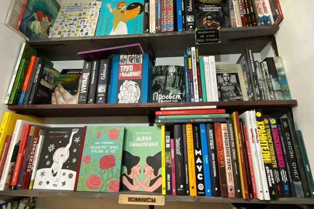 В книжном «Все свободны» стеллаж с комиксами маловат, но читателям там рады и нет давки