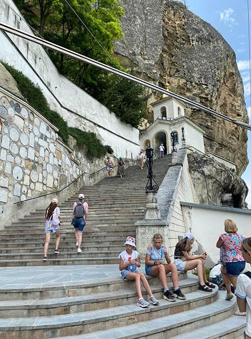 К Успенской церкви легко подняться по короткой лестнице. Внутри запрещают фотографировать