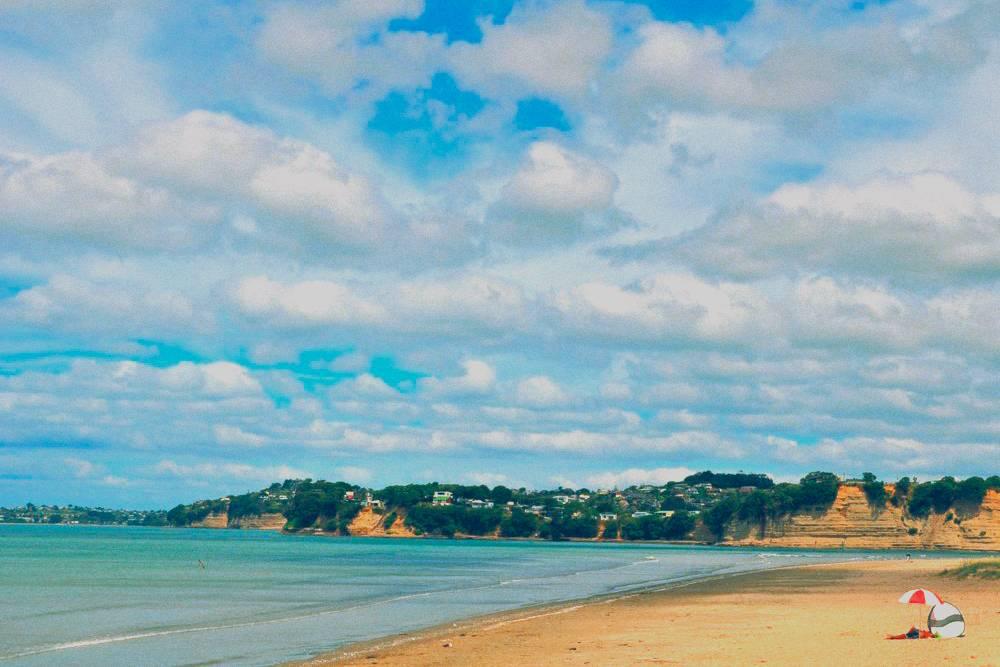 Пляж Орева. На машине из Окленда сюда ехать меньше часа. «Гугл-карты» показывают 29 минут, но это если безпробок и ровно из центра города