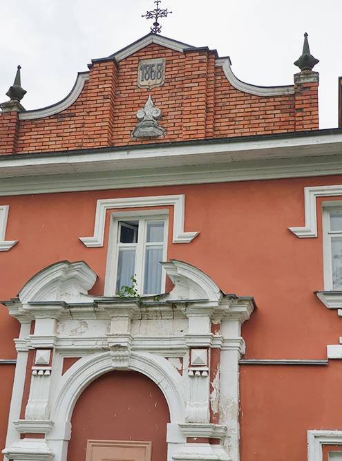 Табличку с годом окончания строительства перенесли с главного дома на фасад отреставрированной гостиницы