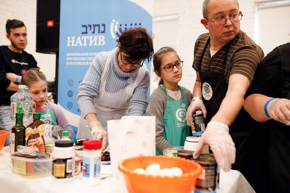 На втором фестивале иврита в Москве были открытые уроки, кинопоказы, танцы, викторины, творческие мастерские. На кулинарном мастер-классе гости готовили сабих — традиционное блюдо, которое представляет собой сэндвич с баклажанами, хумусом, тхиной, яйцом и салатом из овощей