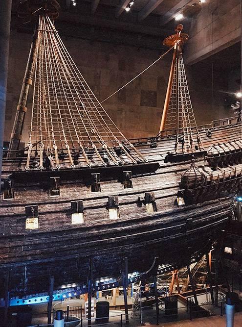 Здание спроектировано так, что на корабль можно посмотреть с разных ракурсов: снизу и сверху