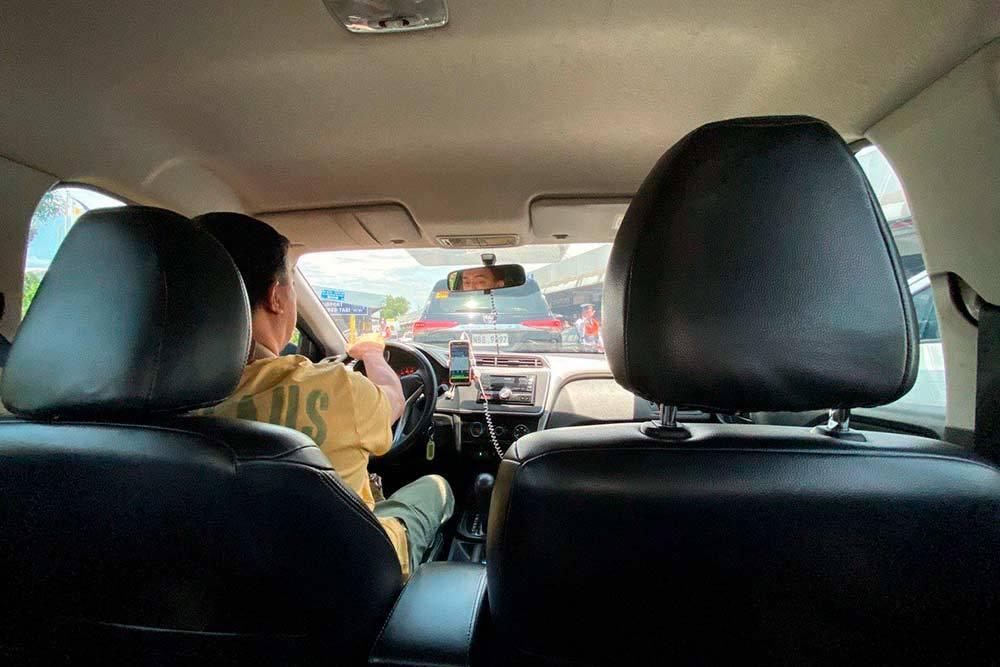 Обычно таксисты приезжали на каком-нибудь новеньком автомобиле вроде Хендая или Ниссана