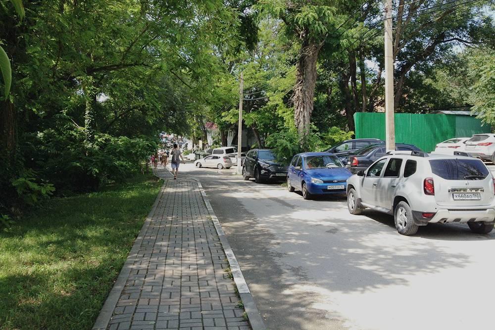 Идти до пляжа комфортно. Парковка рядом стоит 150<span class=ruble>Р</span> в день