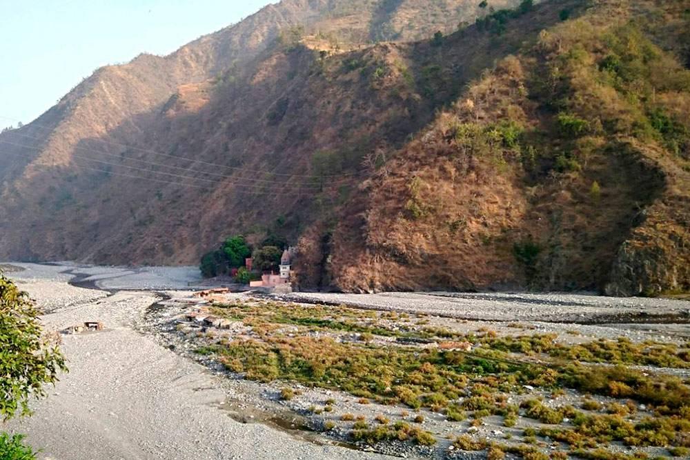 Постройки у подножия горы — это и есть ашрам Бабаджи в Хайдакхане. Как и многие другие ашрамы, он укрыт от мирян и расположен вдали от городов. Мы потратили целый день, чтобы до него добраться