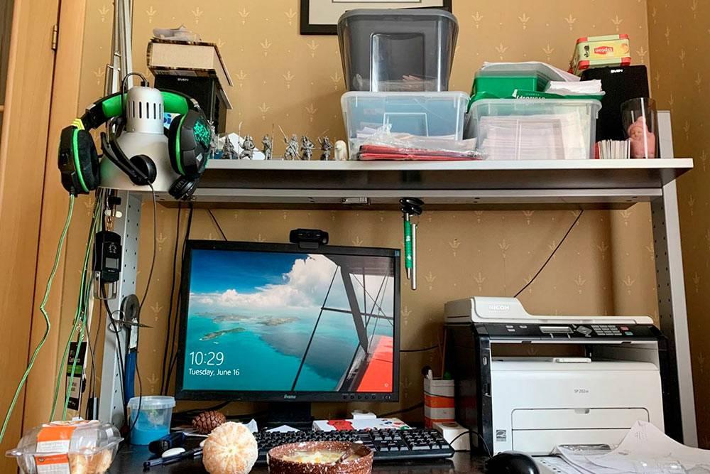 Довольно часто ем за рабочим столом
