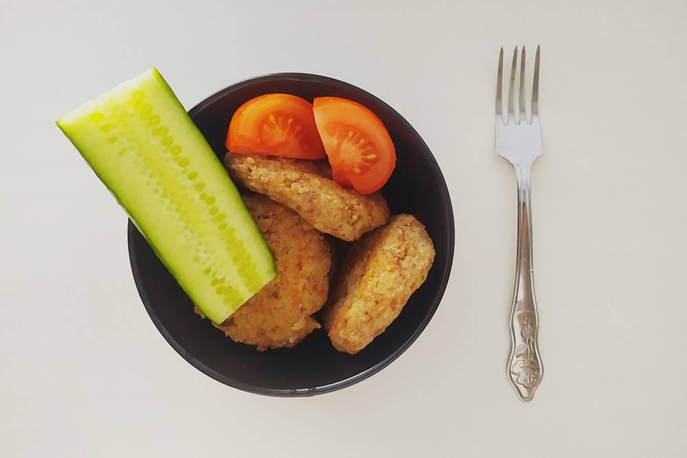 Котлеты из гречневой каши — самое сложное блюдо, которое я приготовил за месяц. Потребовалась гречка, одно яйцо, ложка муки, немного репчатого лука и растительного масла