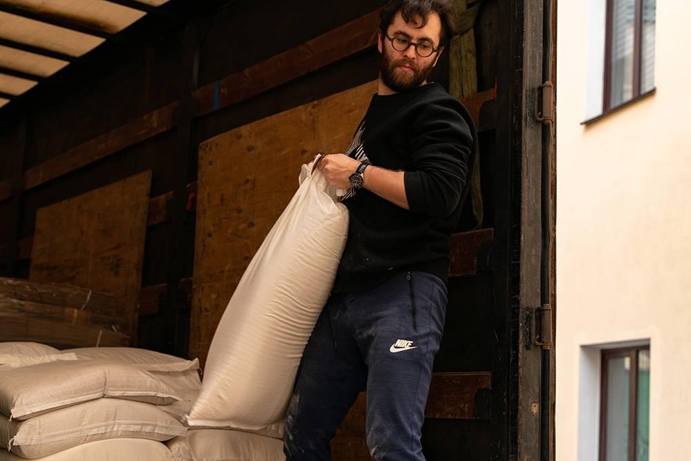 Разгружаем поставку. Внашем городе просто нет поставщиков качественной органической муки, поэтому заказываем изМосквы. Фото: Виктор Юльев